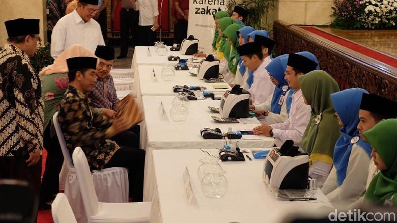Jokowi-JK hingga Para Menteri Bayar Zakat di Istana