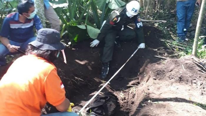 Penemuan mayat korban di lahan sengon. (Foto: Istimewa)
