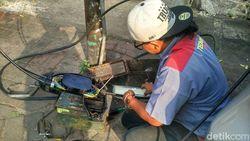 Kabel Listrik Bawah Tanah Terbakar di Jalan Jatinegara Jaktim