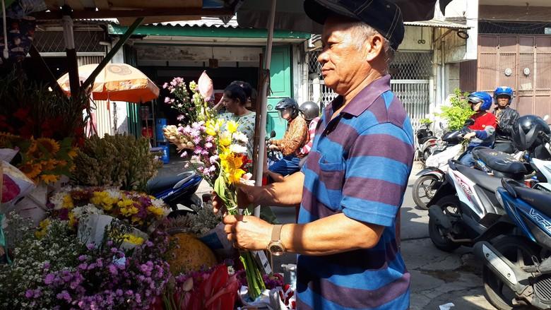 Waisak di Petak Sembilan, Bunga Dewi Kwan Im Jadi Buruan Jemaat