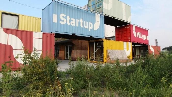 Arsitek Belanda Julius Taminiau mendesain ulang berkotak-kotak kontainer pengiriman untuk dijadikan tempat bekerja bagi para startup.