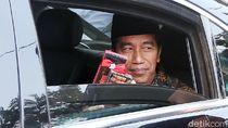 Dari dalam Mobil, Jokowi Bagikan Hadiah ke Warga Ciracas