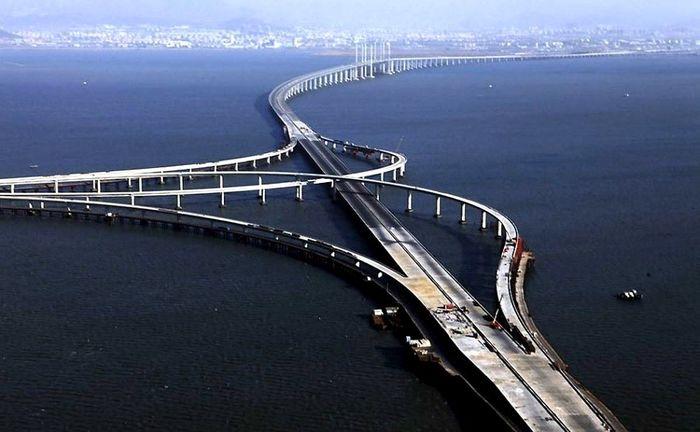 Jiaozhou Bay-China. Tol yang dibuka pada 30 Juni 2011 memiliki panjang 42 km dengan biaya investasi US$ 1,5 miliar dan lama pengerjaan selama 4 tahun. Istimewa/flavorverse.com