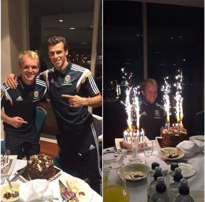 Bernama lengkap Gareth Frank Bale (30) dengan ciri khas kuncir di atas kepala ini selalu ceria. Kali ini makan enak dengan Jonniesta, temannya yang berulangtahun.Foto: Instagram @garethbale11