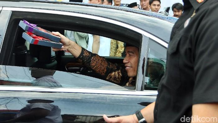 Warga Ciracas, Jakarta Timur sangat antusias saat Presdien Jokowi membagikan hadiah. Hadiah diberikan Jokowi dari dalam mobil.