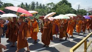 Umat Buddha Kirab Jalan Kaki 5 km Candi Mendut ke Borobudur