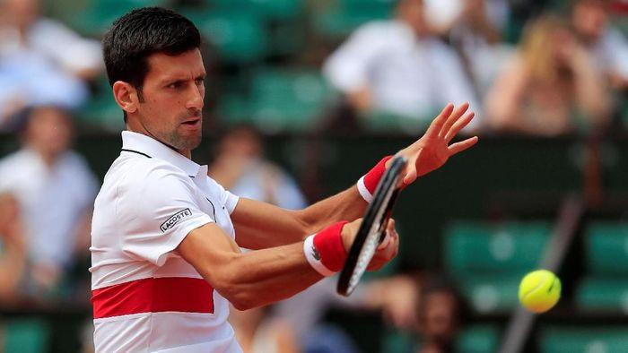 Novak Djokovic lolos ke babak kedua Prancis Terbuka setelah mengalahkan Rogerio Dutra Silva (Foto: Gonzalo Fuentes/Reuters)