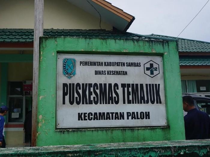 Para petugas kesehatan di Puskesmas Temajuk biasa melayani warga Malaysia. (Foto: Frieda Isyana Putri)