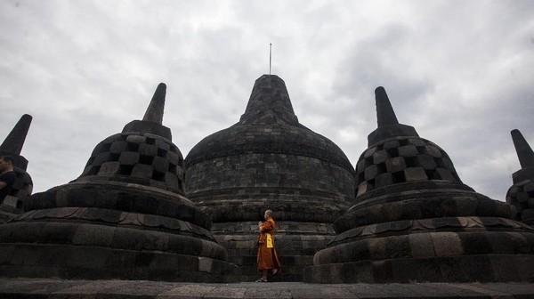 Fakta kedua, Setelah dipelajari, Candi Borobudur rupanya merupakan peninggalan Kerajaan Mataram Kuno yang dibangun pada masa pemerintahan Raja Samaratungga dari wangsa Syailendra. Pembangunan candi ini diperkirakan dilakukan antara abad ke-8 dan ke-9 Masehi. Dalam catatan seseorang bernama Hudaya Kandahjaya yang terdapat pada Prasasti Kayumwungan, Candi Borobudur selesai dibangun pada 26 Mei tahun 824. Masa pembangunannya pun hampir 100 tahun sejak proyek itu pertama kali dimulai. ANTARA FOTO/Andreas Fitri Atmoko