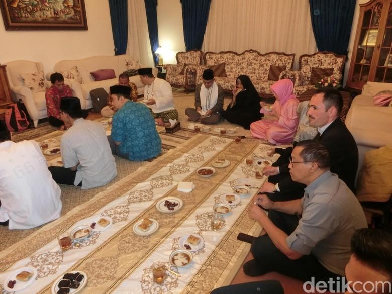 Bukber KBRI Baku: Cerita Hangat, Kuliner Nusantara dan Pimpinan Ponpes Gontor