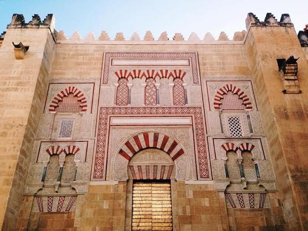 Foto: Adalah Mosque-Cathedral of Cordoba, atau yang biasa dikenal dengan Mezquita de Cordoba (Masjid Agung Cordoba) yang sekarang kembali berfungsi menjadi gereja katedral untuk umat Katolik. (aemegonsalves/Instagram)