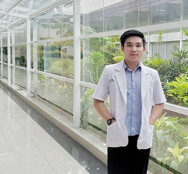 Ervan kini berprofesi sebagai seorang dokter. Ia dan Ayu Ting Ting kini sedang dekat. Foto: Dok. Instagram/drervan