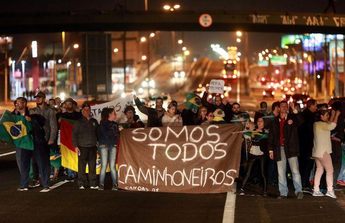 Demo dan pemogokan kerja besar-besaran terjadi di kota Sao Paulo, Brasil. Hal tersebut diawali dari keputusan untuk menaikan harga solar oleh perusahan minyak negara, Petrobas. Diego Vara/Reuters.