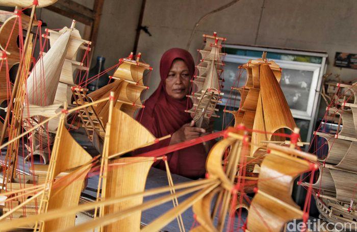 Kerajinan miniatur kapal tersebut tersedia dalam berbagai bentuk dan ukuran.