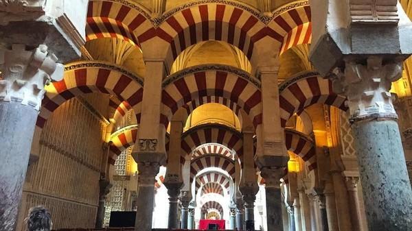 Foto: Arsitektur masjid ini menganut selain khas Maroko juga bergaya Moorish dan Renaissance, yaitu campuran antara Yunani kuno dan Romawi. Namun dapat terlihat banyak bentuk yang mirip dengan arsitektur Masjid Damaskus. (jsahuquillo/Instagram)