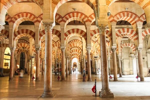 Foto: Tampak desain interior yang mirip dengan Masjid Nabawi, dengan penerangan yang bergaya Gothik. (kenya.bravo/Instagram)