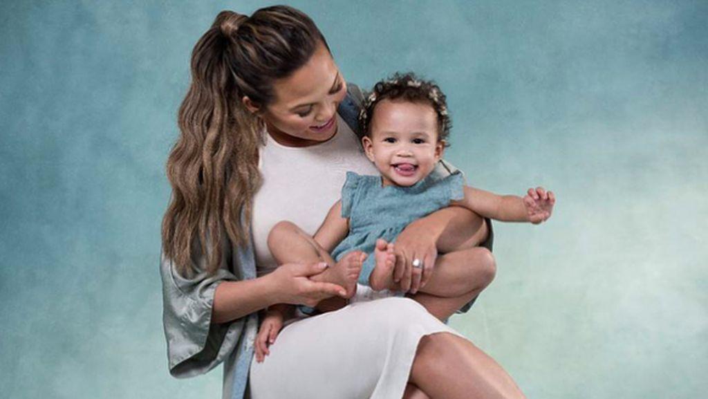 Aksi Lucu Putri Chrissy Teigen Saat Ingin Pakai Baju Astronot