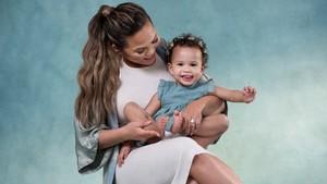 Tingkah Menggemaskan Putri Chrissy Teigen Saat Menyayang Adiknya