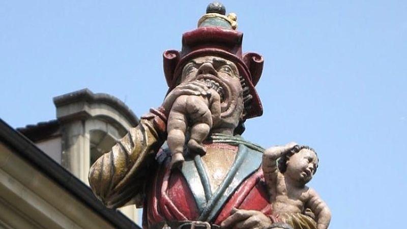 Patung Kindlifresser terpasang di bagian tengah atas air mancur di Bern. Wujudnya berupa orang dewasa dengan tas berisi banyak anak kecil dan salah satu dari mereka sedang dimakan (imbajudas/Instagram)