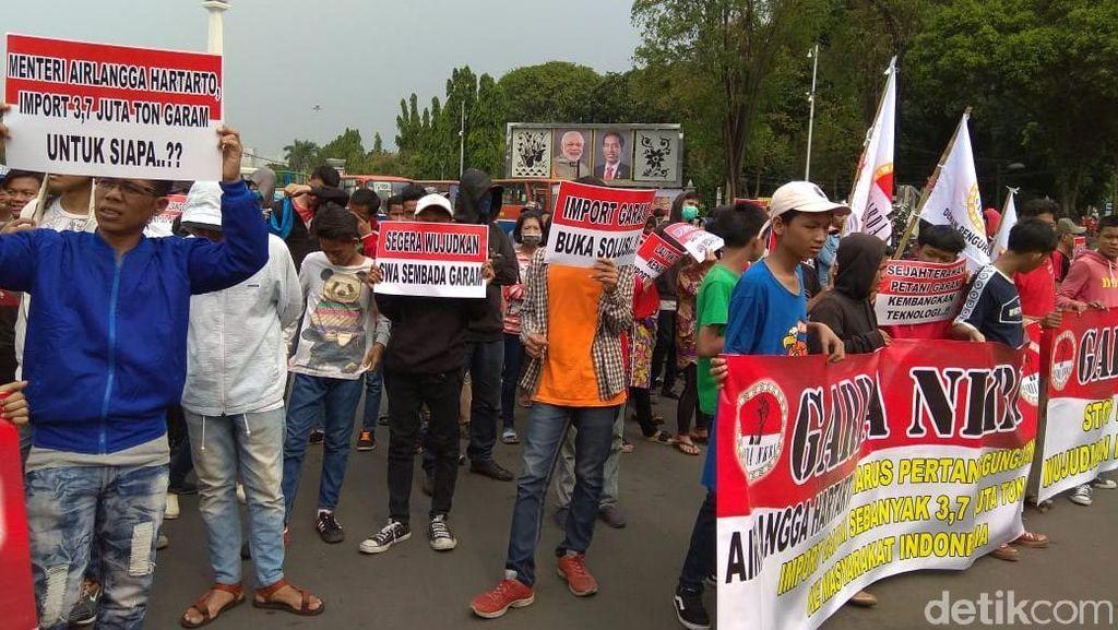 Mahasiswa dan Petani Garam Demo Tolak Impor Garam 3,7 Juta Ton