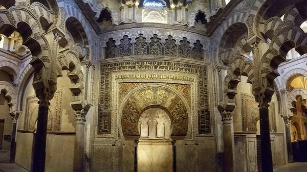Foto: Namun setelah Abd al-Rahman I menguasai daerah Iberia, gereja tersebut dibagi menjadi gereja dan juga masjid untuk umat Muslim. Perubahan tersebut dikepalai oleh Abd al-Rahman sendiri yang menganut arsitektur khas Maroko. (drhalesa/Instagram)