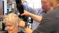 Video Viral Kakek Belajar Menata Rambut Istri Ini Bikin Netizen Tersentuh
