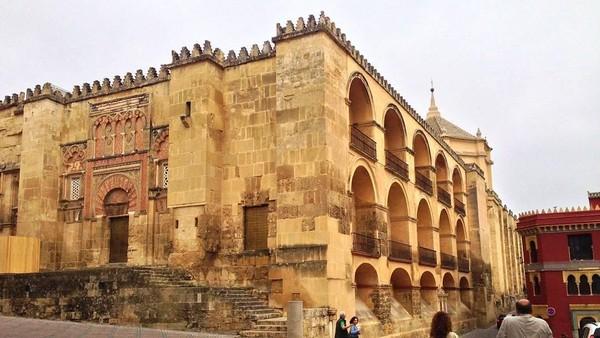 Foto: Arsitektur dan desain dari bangunan ini sungguh menawan. Dari luar tampak seperti benteng pertahanan dengan ornament-ornamen khas Spanyol. (calimlimmelissa/Instagram)