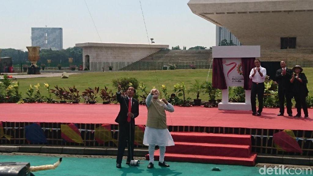 Asyiknya Gaya Jokowi dan PM India Main Layangan di Monas