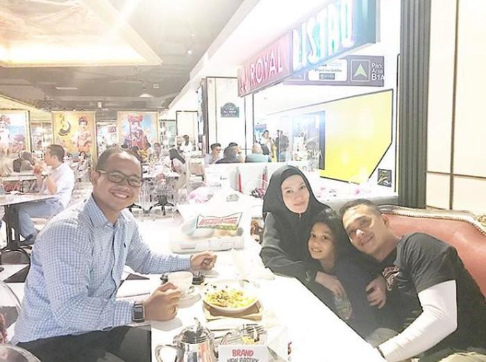 Lyra Virna kini menjalani rumah tangga bersama presenter Fadlan Muhammad. Ini pose ia bersama suami dan anak perempuannya saat makan sambil membicarakan masalah bisnis. Foto: Instagram lyravirna