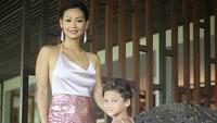 Indah Kalalo kerap mengunggah fotonya yang tampil kompak dengan sang anak. Foto: Dok. Instagram/indahkalalo