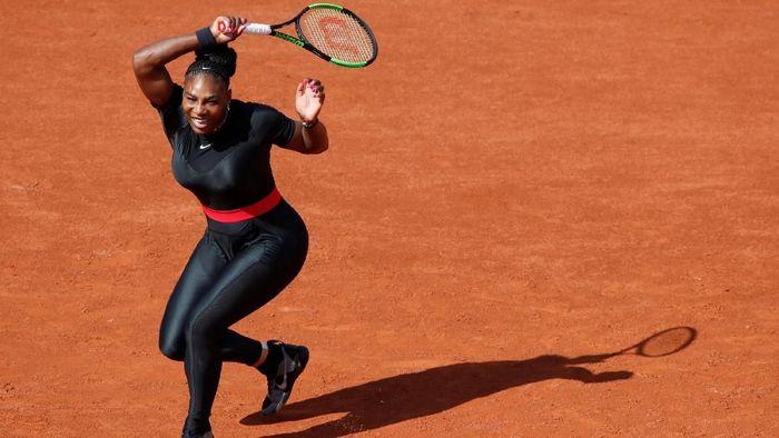 Serena memutuskan untuk tak bertanding di babak keempat Prancis Terbuka, Senin (4/6/2018). Dengan keputusan mundur itu, Serena memberikan jalan lapang kepada petenis Rusia, Maria Sharapova, yang harusnya akan saling berhadapan. (Foto: Christian Hartmann/Reuters)