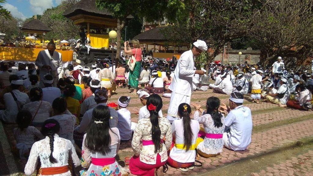 Umat Hindu di Bali Sembahyang Hari Raya Galungan