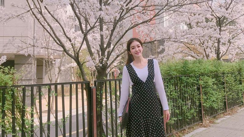 Di sela-sela kesibukannya memandu sorak, Kim Yeon Jeong masih punya waktu buat jalan-jalan, seperti saat menikmati mekarnya bunga sakura di Daejeon. (90_allie/Instagram)