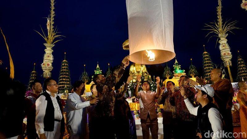 Momen penerbangan lampion Waisak 2018 dipimpin oleh Menteri Agama Lukman Hakim Saifuddin. (Pertiwi/detikTravel)