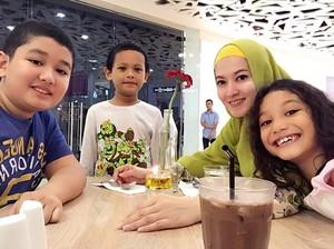 Mantap Berhijrah, Ini 10 Momen Lyra Virna Makan Bareng Keluarga