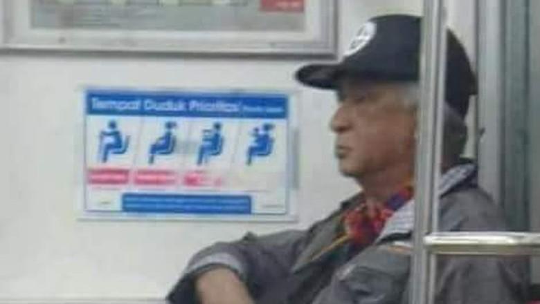 Viral Foto Pria Mirip Soeharto di KRL, Siapa Dia?