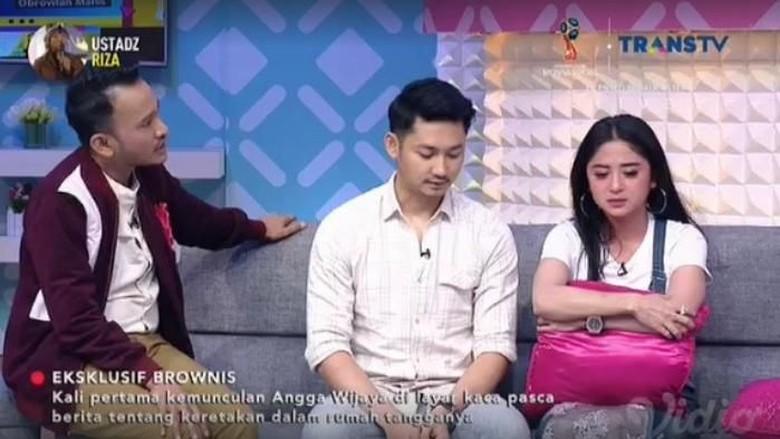 Foto: Dewi Persik dan Angga (Trans TV)