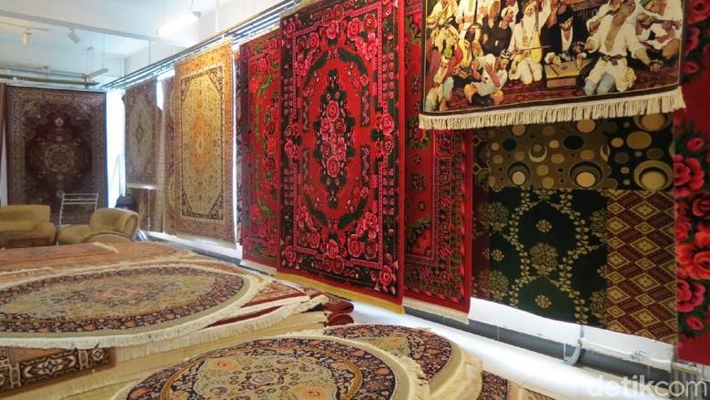 Karpet khas Uyghur di Parlak Carpet Factory, Urumqi, Xinjiang (Fitraya/detikTravel)