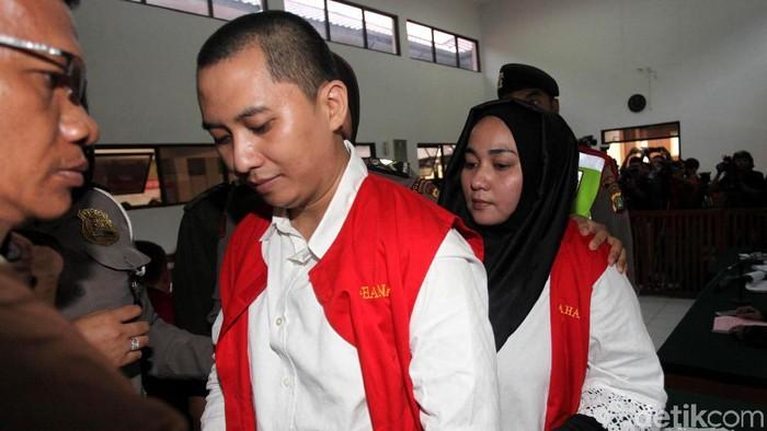 Bos First Travel, Andika Surachman, divonis 20 tahun penjara, sedangkan istrinya, Anniesa Desvitasari Hasibuan, divonis 18 tahun penjara.