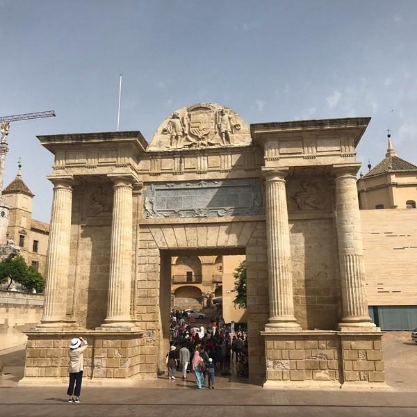Foto: Dapat ditemukan gerbang masuk yang menjulang tinggi sekitar 15 meter. Juga tempat di mana umat Katolik memberikan penghormatan kepada Bunda Maria, tak jauh dari gerbang masuk. (Taoneson/Instagram)
