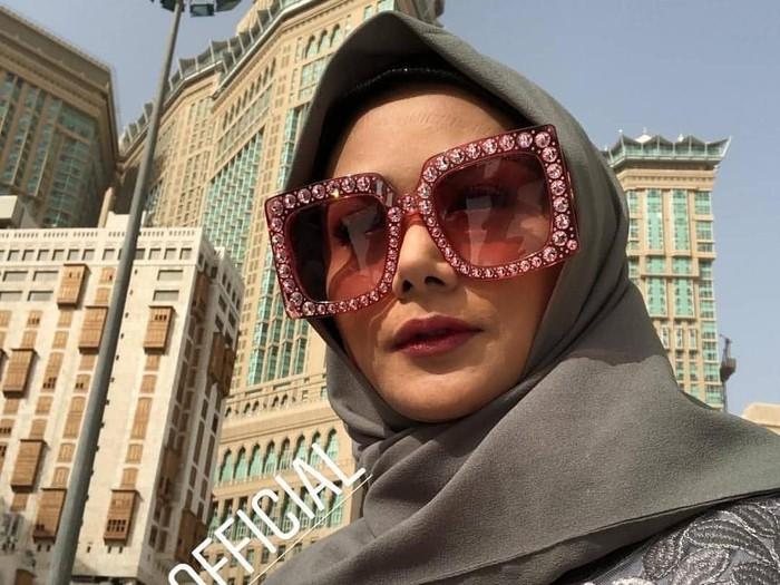 Gaya Hijab Krisdayanti saat umroh. Foto: Instagram/Krisdayanti
