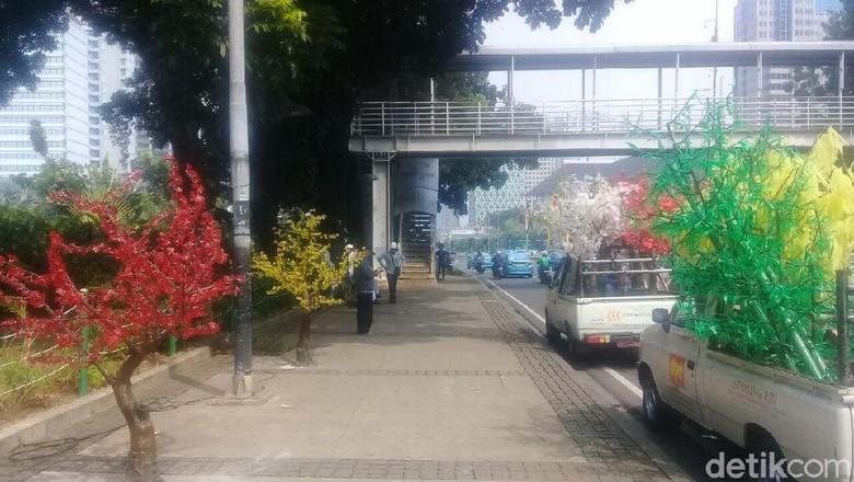 Foto: Gemerlap Pohon Imitasi Hiasi Balai Kota DKI