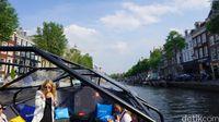 Naik boat di kanal Amsterdam (Afif Farhan/detikTravel)