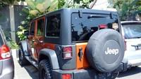 Jeep Wrangler Rubicon memang salah satu simbol kemewahan di tanah air.Mobil SUV trail rated asal Amerika Serikat ini memang memikat kalangan berduit.Foto: Ristu Hanafi