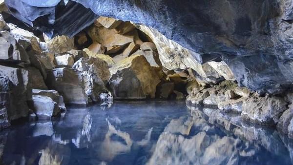 Foto: Gua Grjotagja ada di dekat Danau Myvatn, kawasan utara Islandia. Di dalam gua inilah ada kolam air panas yang eksotis (Thinkstock)