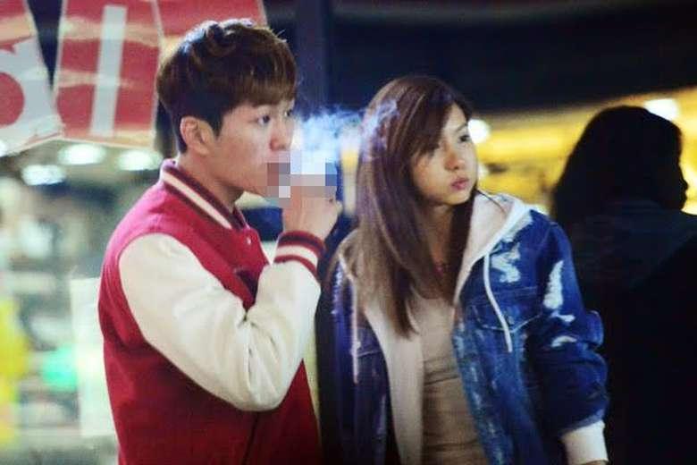 Onew SHINee pernah tertangkap kamera sedang merokok. Para penggemarnya pun ada yang percaya dan ada yang tidak. Bahkan beberapa mengkhawatirkan nama baik Onew. Sebelumnya, Onew juga terlibat dalam kasus pelecehan seksual. Foto: Koreaboo