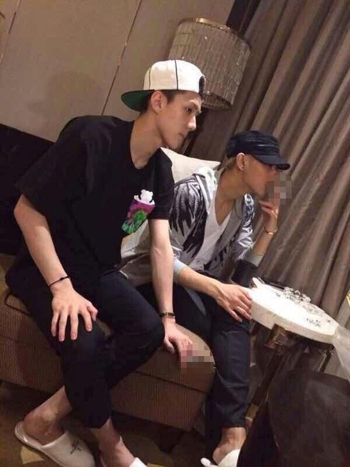 Boy band EXO terkenal dengan anggotanya yang tak banyak tingkah, misalnya merokok. Namun dalam foto ini, Sehun dan Tao tertangkap kamera sedang merokok. Walau begitu, netizen masih memperdebatkan apakah foto itu benar adanya atau hanya editan belaka. Foto: Koreaboo