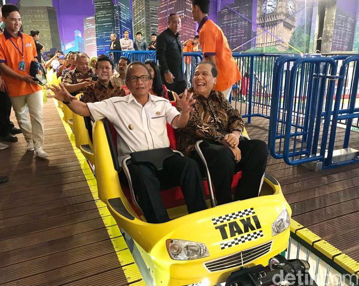 Plt. Wali Kota Bogor, Usmar Hariman bercanda dengan Chairman CT Corp, Chairul Tanjung sesaat sebelum mencoba wahana roller coaster di Transtudio Mini, Transmart Carrefour Yasmin, Bogor. Dok.Carrefour.