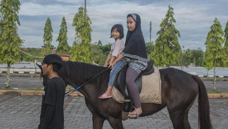 Foto: Berkuda di Kawasan Masjid An Nur (Chaidir Anwar Tanjung/detikTravel)