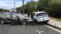Kendaraan Otonom Tesla Hajar Mobil Polisi yang Diparkir